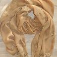 Отдается в дар Легкий шарф палантин, песочного цвета с кисточками и бусами на конце шарфа