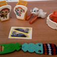Отдается в дар Киндеры(часть, некомплект, детали), наклейка и браслет для девочки