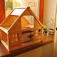 Отдается в дар Деревянный кукольный домик с мебелью и семьёй
