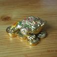 Отдается в дар Фигурка трехлапой жабы с монеткой во рту.