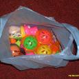 Отдается в дар пакетик погремушек и пластиковых игрушек