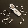 Отдается в дар Старый телефон, зарядные устройства и гарнитура