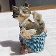 Отдается в дар Маленькая фигурка котенка в лукошке