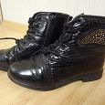 Отдается в дар черные ботинки на меху, со шнурками и металлическим украшением