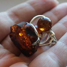 Отдается в дар Серебрянное кольцо и серьги с янтарём.