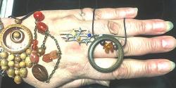 Отдается в дар «Украшения: дерево, янтарь, натур. и иск. камни, серебро.»