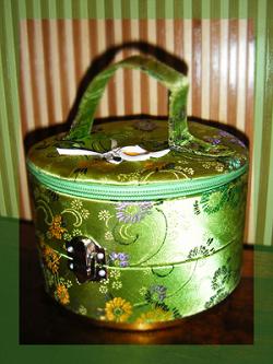 Отдается в дар «Шкатулка для украшений, текстиль, два отделения, отличное состояние»