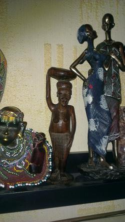 Отдается в дар «Статуэтка негритянка. Сделана из какого то тяжёлого дерева.»