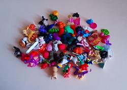 Отдается в дар «Кучка мелких игрушек и киндеров»