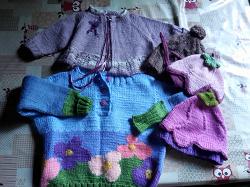Отдается в дар «Кофта и шапочки на девочку месяцев на 9»