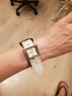 Отдается в дар «Часы с белым ремешком»