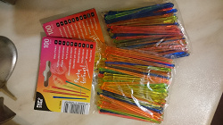 Отдается в дар «Разноцветные пластиковые шпажки много»