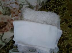 Отдается в дар «Берет и два шарфа белые»