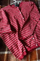 Отдается в дар Женский красный свитерок на пуговках, р.S
