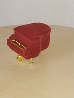 Отдается в дар Новая коробочка для кольца в виде рояли. Для творческого человека будет идиально