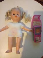 Отдается в дар Кукла и телефон