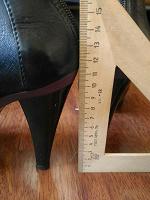 Отдается в дар 2 пары обуви: черный цвет преобладает.39 размер и 40 размер