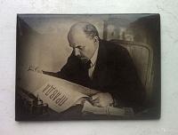 Отдается в дар Ленин за столом.