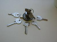 Отдается в дар Ключи 5 шт и замочек мебельный с 2 ключами
