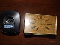 Отдается в дар Подставка от телефона-трубки и часы.