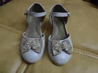Отдается в дар белые туфельки на каблучках, 18см