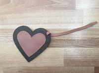 Отдается в дар Фоторамка из кожи в форме сердечка