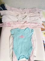 Отдается в дар Одежда для девочки от трех-шести месяцев.