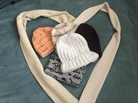 Отдается в дар Шапки женские, шарфы