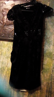 Отдается в дар Платье Черное, блестящее, вшитый пояс, по бокам расклешенные рюши, очень красивое.