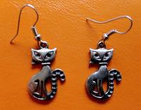Отдается в дар Серьги — серебристые кошки.