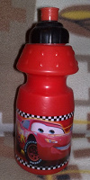 Отдается в дар Бутылка-поильник с тачками
