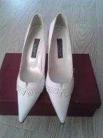 Отдается в дар Белые туфли 37-38 размер