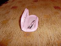 Отдается в дар Коробочка от маникюрного набора, и штука для подстригания ногтей