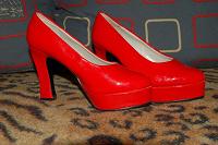 Отдается в дар Красные туфли35 размера!