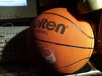 Отдается в дар Баскетбольный мяч и чехол для ракетки.