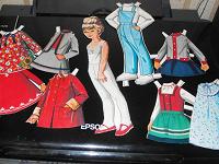 Отдается в дар Нашлась очередная картонная кукла с одежкой.