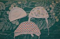 Отдается в дар 2 чепчика и шапочка для новорожденного