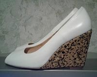 Отдается в дар Белые туфли без носка, размер 38, каблук 9,5см, новые.