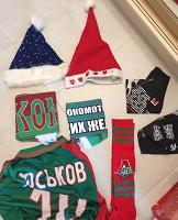 Отдается в дар Новогодние шапки, шапка скомороха, две банданы, два фанатских шарфа, футболка и гетры