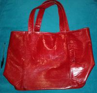 Отдается в дар Красная сумка, кожаная, 32*47см, на молнии.