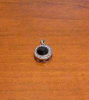 Отдается в дар Подвеска с черным камнем от сети магазинов Gold