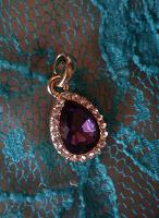 Отдается в дар Кулон с фиолетовым камнем
