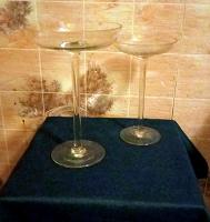 Отдается в дар Две вазы из стекла на очень тонких ножках