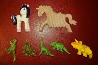 Отдается в дар Единороги и динозавры — фигурки (не киндеры)