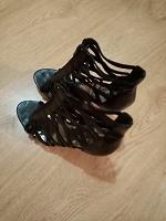 Отдается в дар Открытые ботинки для женщины
