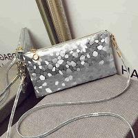 Отдается в дар Маленькая сумочка серебряного цвета.