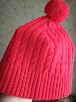 Отдается в дар Теплая ярко-красная шапка с пумпоном на белом флисовом подкладе