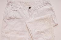 Отдается в дар Белые брюки с вышивкой, размер 44.