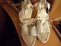Отдается в дар белые туфли на танкетке и шнуровке
