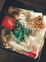 Отдается в дар Коробка с украшениями.